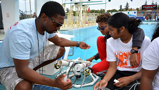 <p> 	Troubleshooting an ROV before the MARINE piloting challenge.</p>
