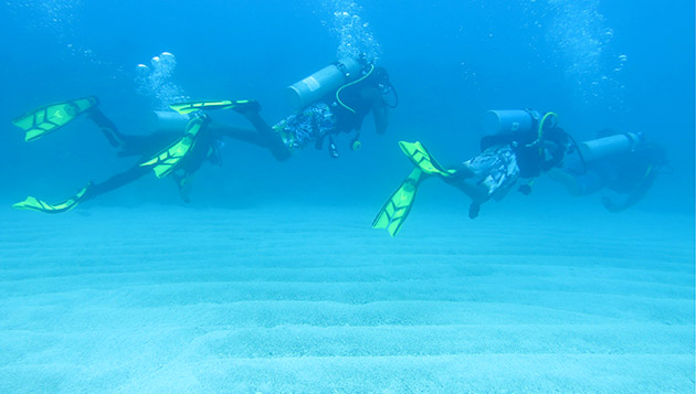 <p> 	Waterstart students head out for their first SCUBA dive in Bermuda&#39;s clear blue waters.</p>