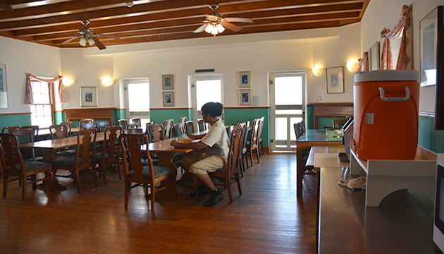 <p> 	The indoor portion of the Kresge Dining Hall offers cafeteria-style seating for up to 40 people.</p>